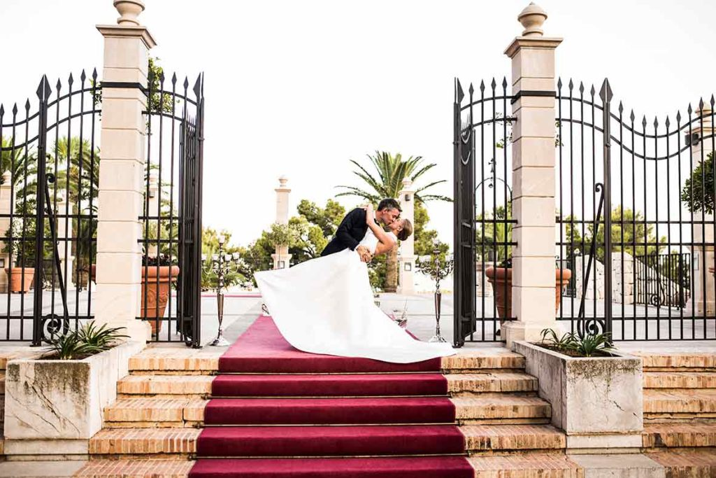 """ALT""Mallorca weddings photographer kiss doors"