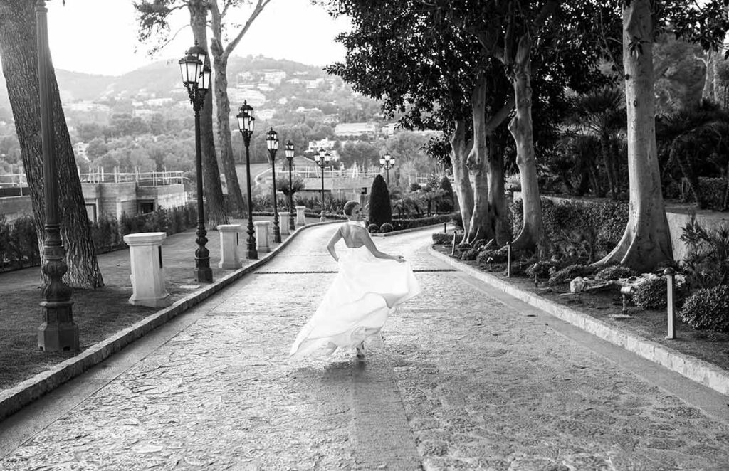 """ALT""Mallorca weddings photographer bride running"