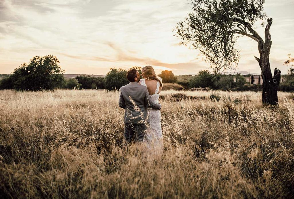 wedding photographer mallorca backs field