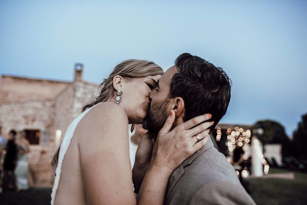 wedding photographer mallorca kiss love