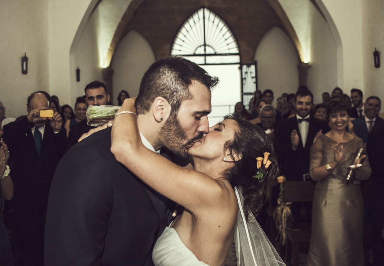 Wedding photography Mallorca kiss