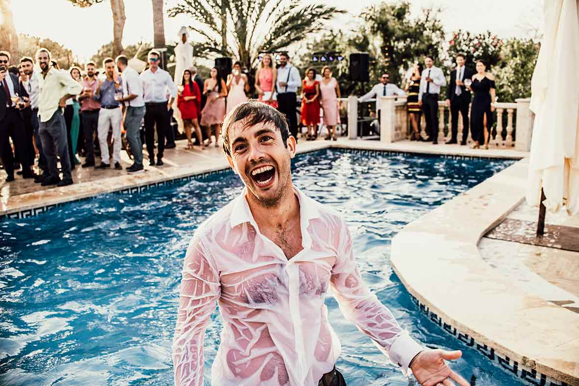 wedding photographer mallorca fun pool party